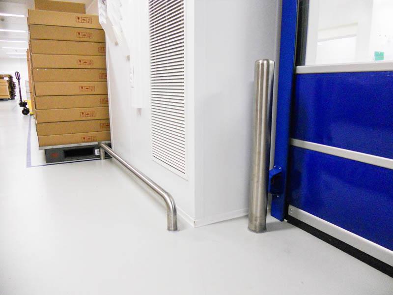 Installatie aanrijbeveiliging in pharmaindustrie, RVS stootpalen en beugels