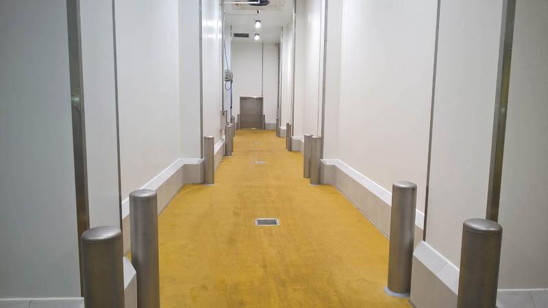 Installatie aanrijbeveiliging, inox stootpalen en CleanRock stootranden