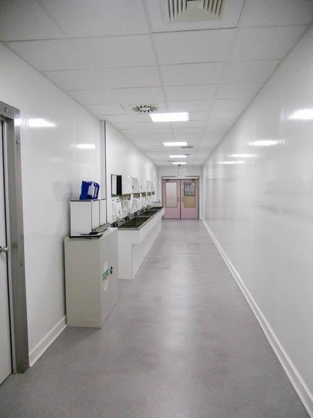 Installatie stootplinten in cleanroom