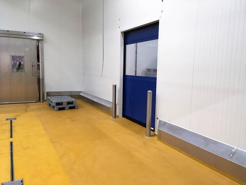 Installatie RVS stootrand in slachthuis