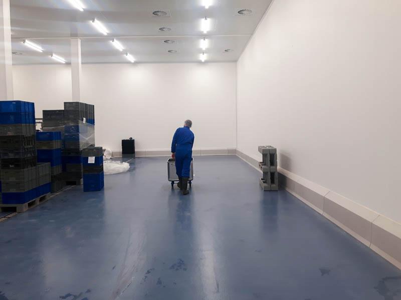 Installatie van hygiënische wanden, plafonds en stootranden in visverwerkend bedrijf