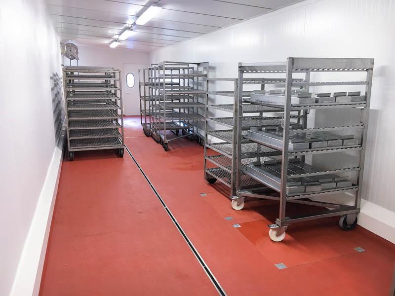 installatie van stootranden met uitsparing in vleesverwerkend bedrijf