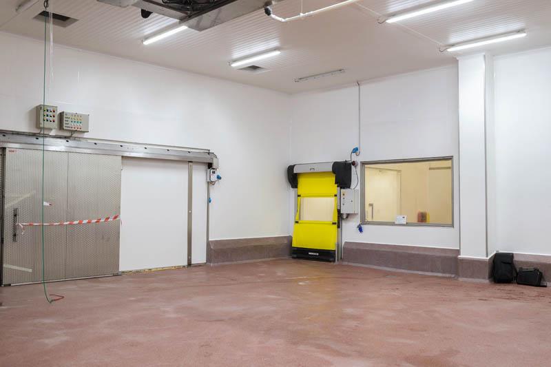 Installatie van hygiënische wanden en plafonds in vleesverwerkend bedrijf