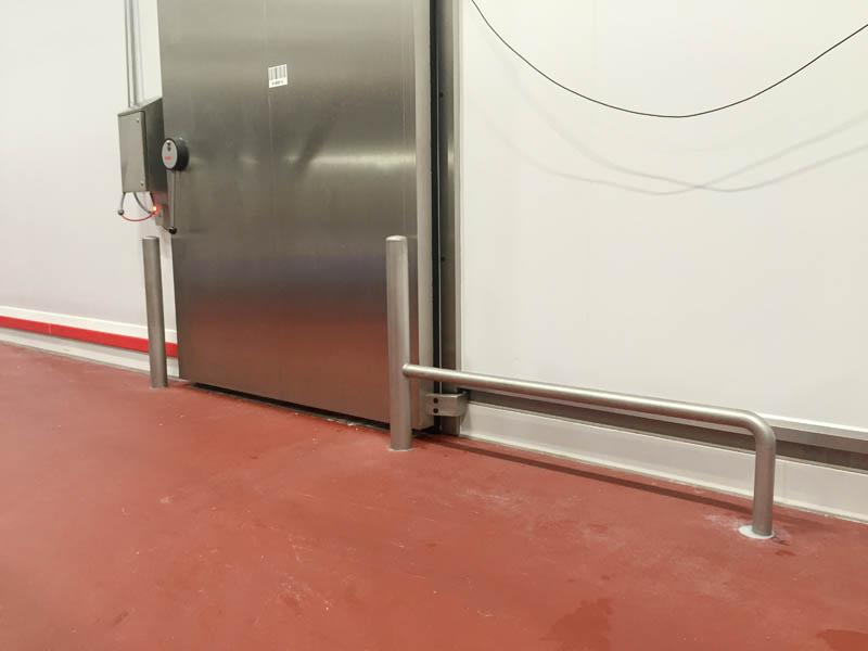 Installatie aanrijbeveiliging van inox stootpalen, inox beugels en stootrand