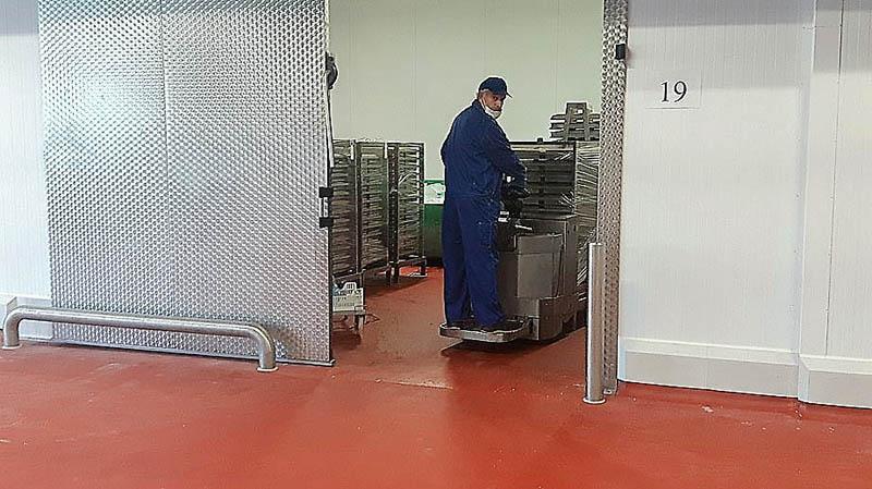 installatie van RVS stootpalen en beugel in vleesverwerkend bedrijf