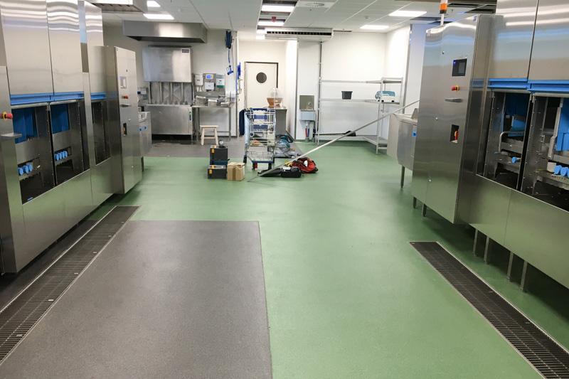 Renovatie van industriële keuken met ATT INOX afwatering en B-Hygienic RenoCem wanden
